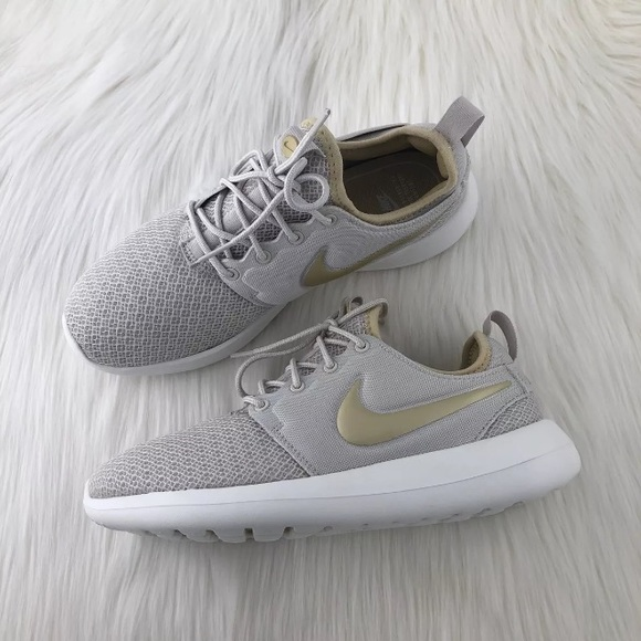 the best attitude 877fb acc79 Women's Nike Roshe Two Casual Sneakers NWT